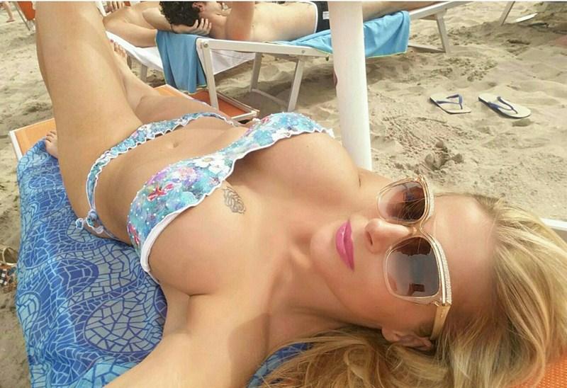 Francesca-Cipriani-Bikini-Boobs-Cervia-Beach-Kanoni-2