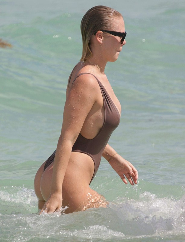 bianca-elouise-in-hot-swimsuit-at-a-beach-in-miami-kanoni-2
