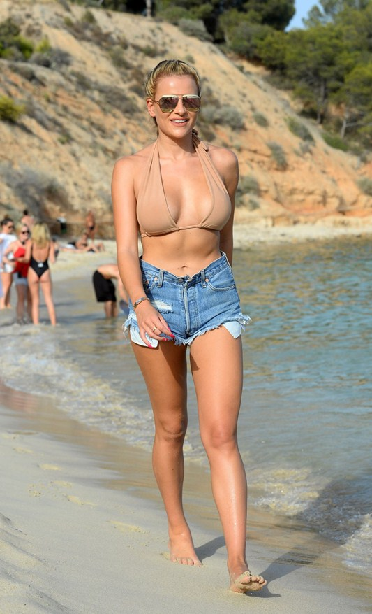 georgia-kousoulou-filming-the-only-way-is-essex-on-magaluf-beach-kanoni-3