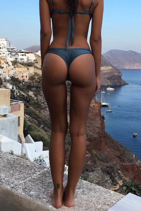 Emily-Ratajkowski-Greek-Vacation-Kanoni-5