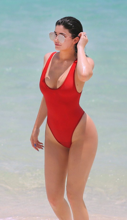 Kylie-Jenner-Red-Swimsuit-Turk-and-Caicos-Kanoni-3