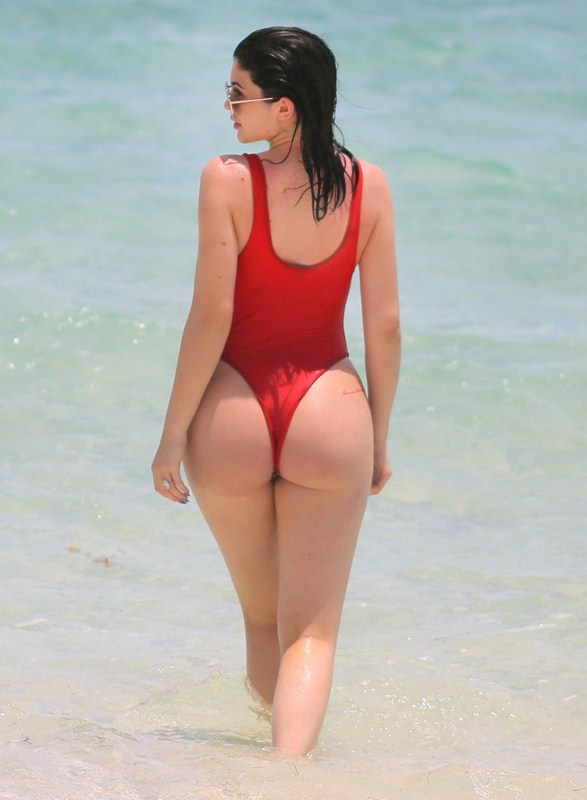 Kylie-Jenner-Red-Swimsuit-Turk-and-Caicos-Kanoni-5