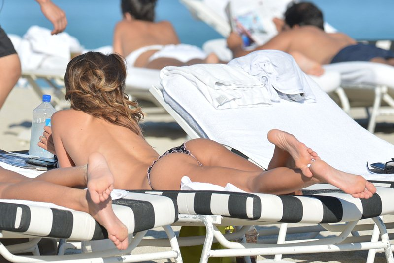 claudia-galanti-topless-sunbath-miami-beach-kanoni-3