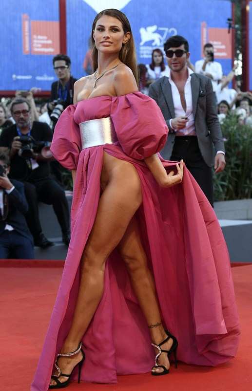 Dayane-Mello-Upskirt-The-Young-Pope-Premiere-Kanoni-6