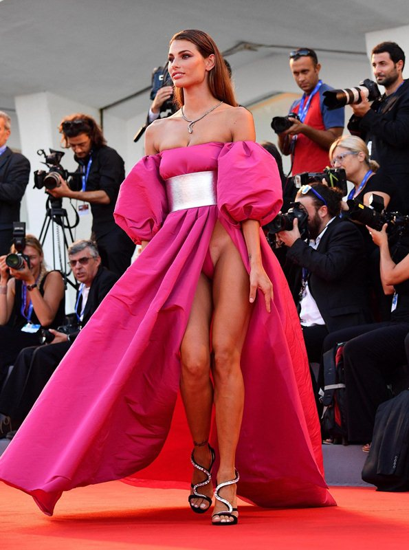 Dayane-Mello-Upskirt-The-Young-Pope-Premiere-Kanoni-8