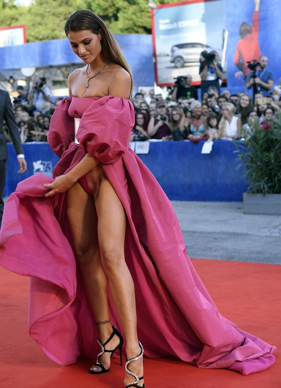 Dayane-Mello-Upskirt-The-Young-Pope-Premiere-Kanoni-9