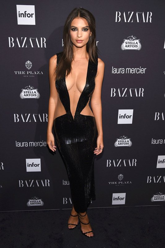 emily-ratajkowski-hot-cleavage-dress-party-new-york-fashion-week-kanoni-1