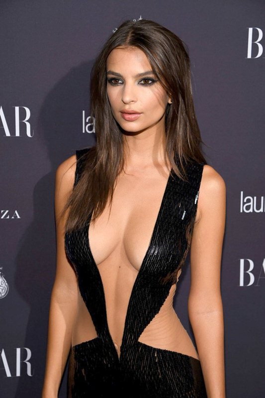 emily-ratajkowski-hot-cleavage-dress-party-new-york-fashion-week-kanoni-2
