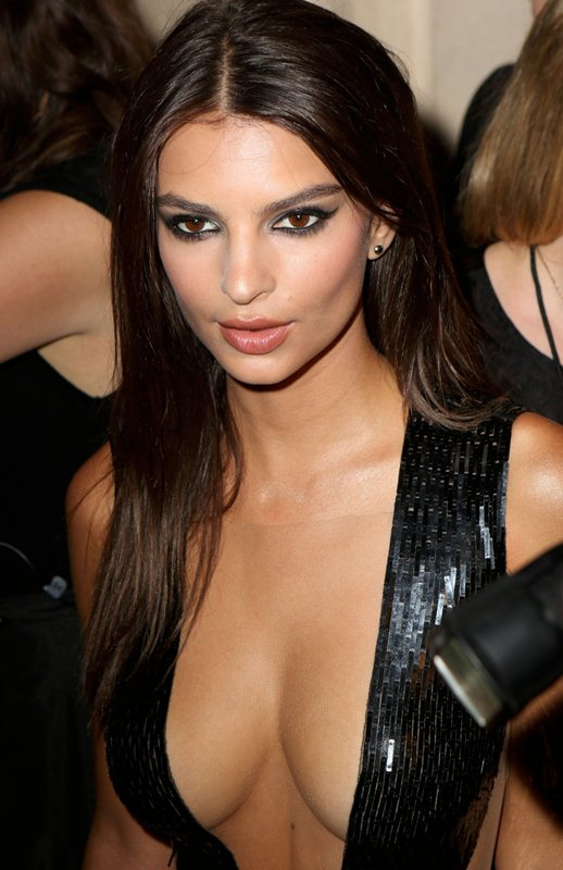 emily-ratajkowski-hot-cleavage-dress-party-new-york-fashion-week-kanoni-4