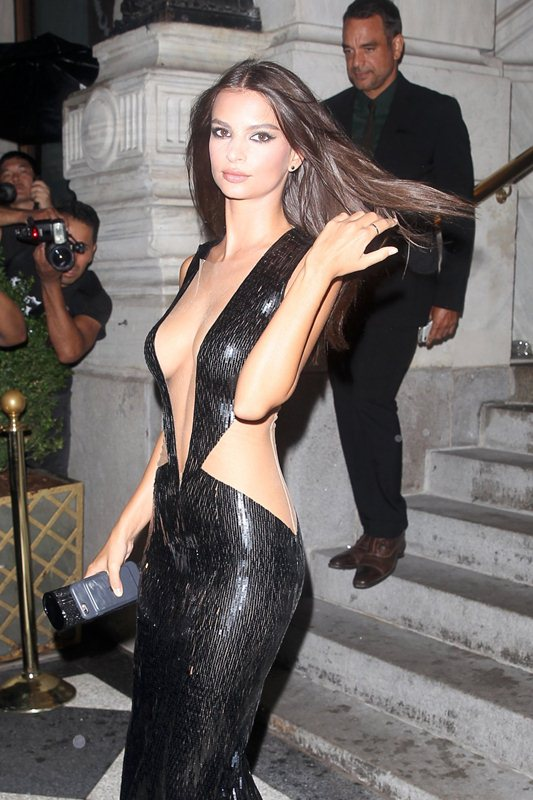 emily-ratajkowski-hot-cleavage-dress-party-new-york-fashion-week-kanoni-7