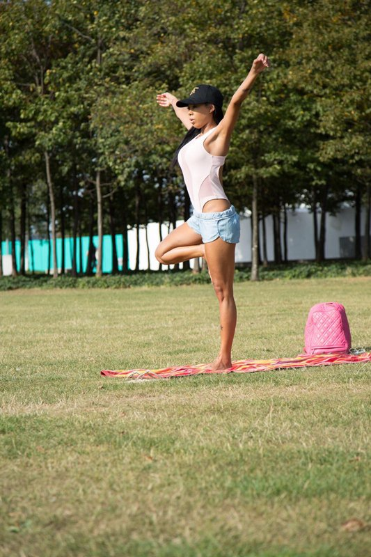 precious-muir-does-yoga-in-london-park-kanoni-10