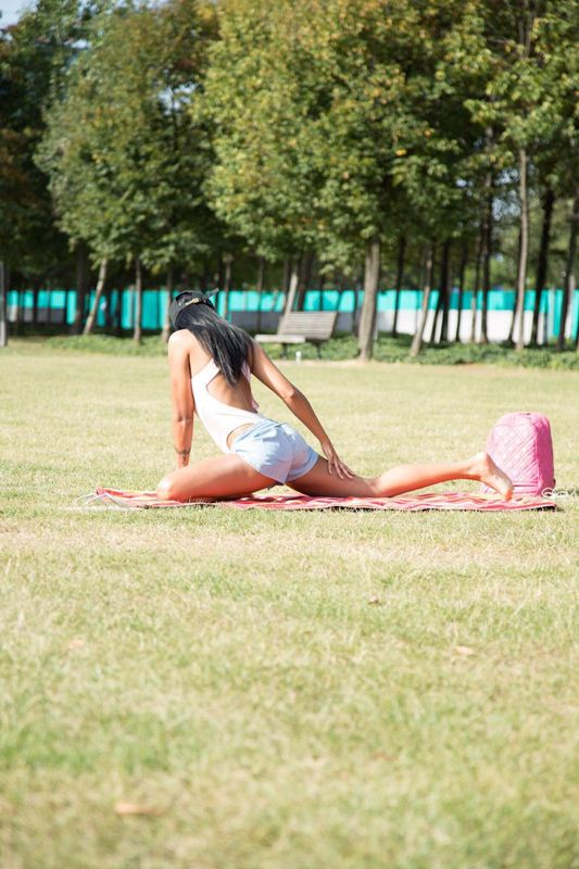 precious-muir-does-yoga-in-london-park-kanoni-7