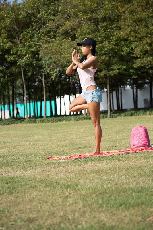 precious-muir-does-yoga-in-london-park-kanoni-8