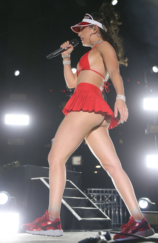 charli-xcx-performs-red-skirt-las-vegas-events-center-kanoni-8