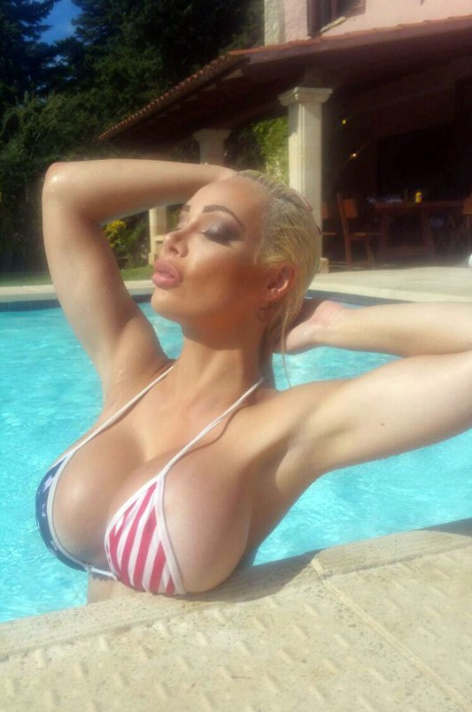 chessie-kay-big-boobs-pool-mallorca-kanoni-2