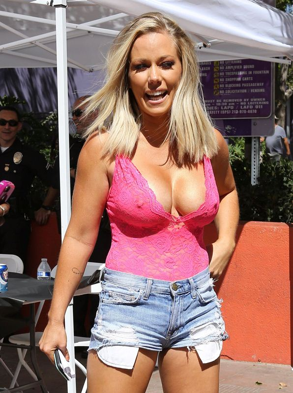 kendra-wilkinson-boobs-pink-top-shorts-kanoni-4
