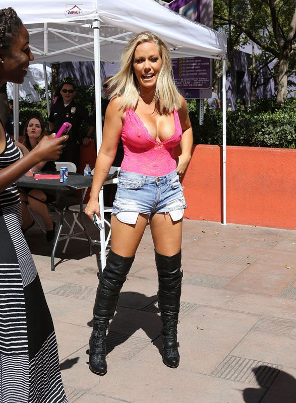 kendra-wilkinson-boobs-pink-top-shorts-kanoni-6