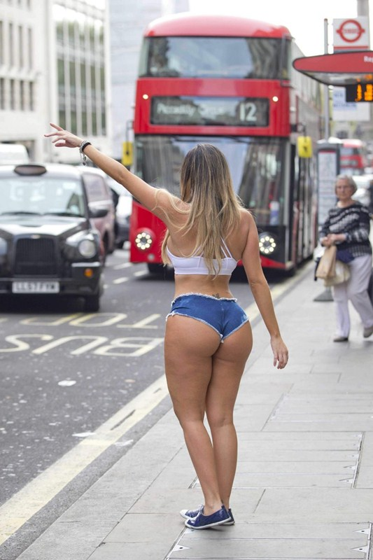 liziane-gutierrez-tiny-shorts-center-london-kanoni-3