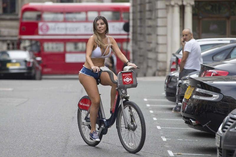 liziane-gutierrez-tiny-shorts-center-london-kanoni-4