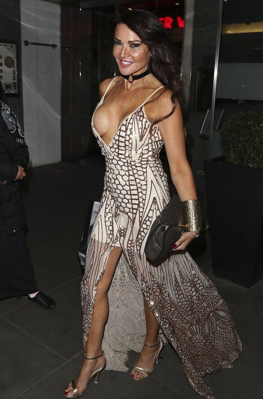 lizzie-cundy-boob-slip-night-out-showbiz-awards-london-kanoni-1
