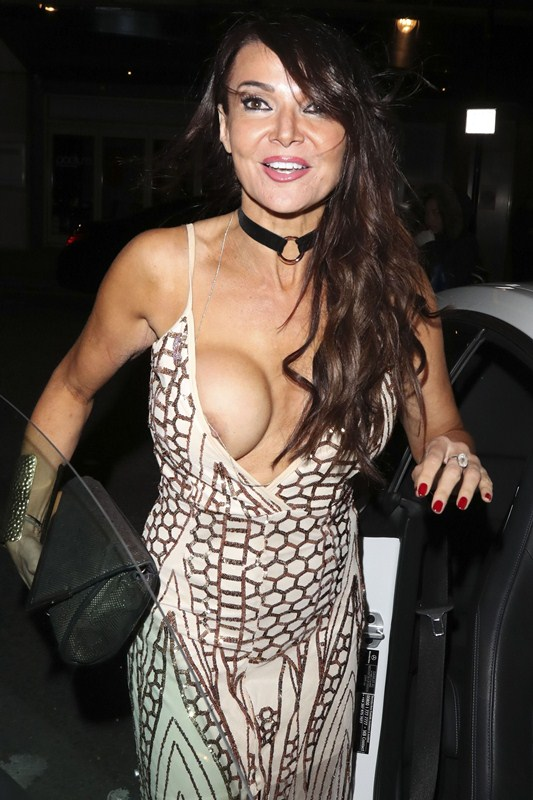 lizzie-cundy-boob-slip-night-out-showbiz-awards-london-kanoni-7