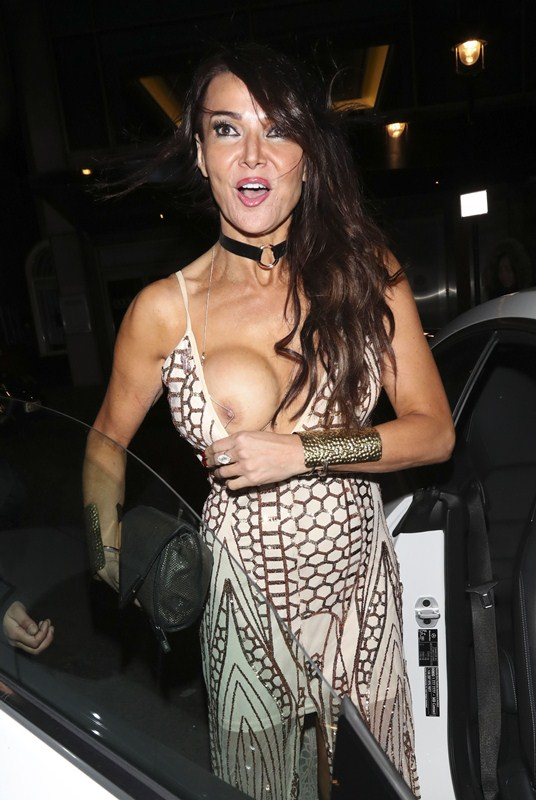 lizzie-cundy-boob-slip-night-out-showbiz-awards-london-kanoni-8