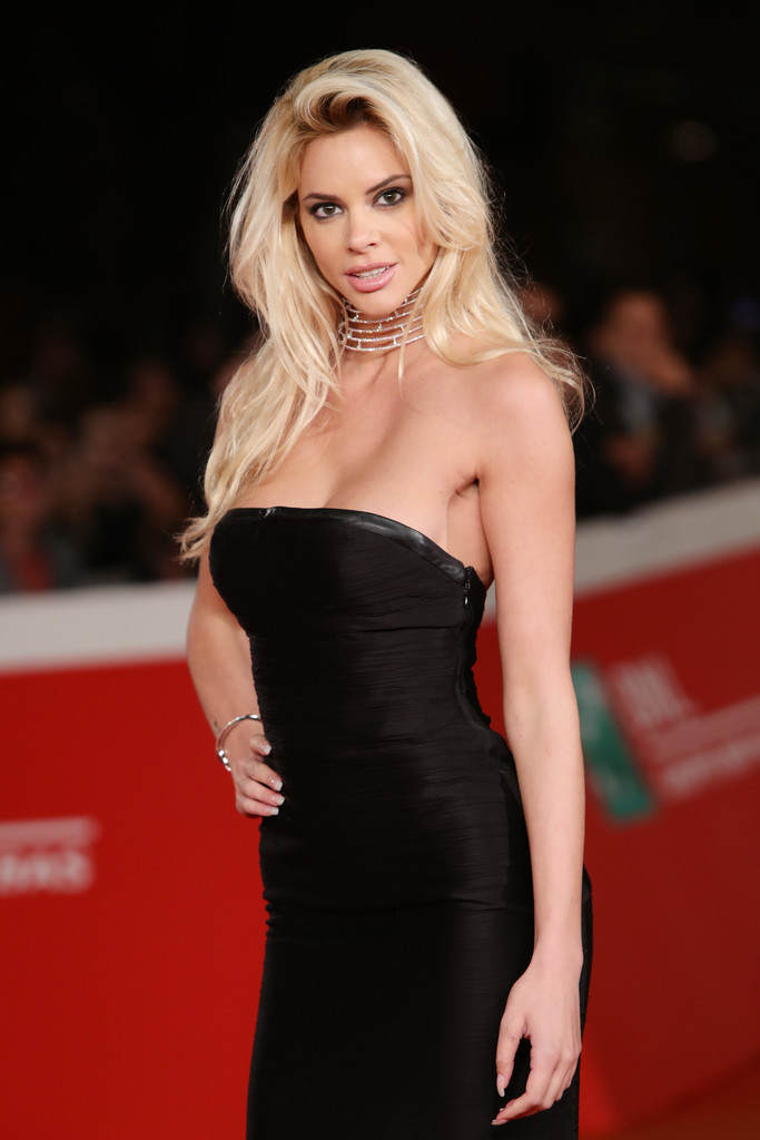ria-antoniou-sexy-black-dress-fritz-lang-premiere-kanoni-1