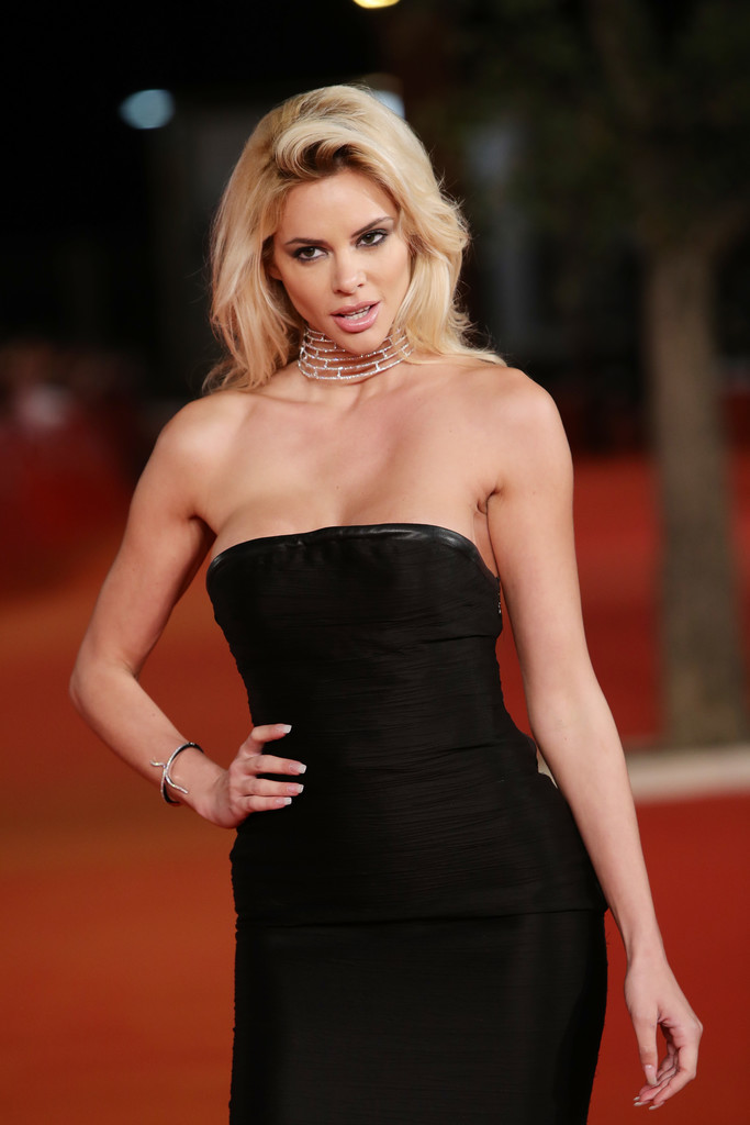 ria-antoniou-sexy-black-dress-fritz-lang-premiere-kanoni-2