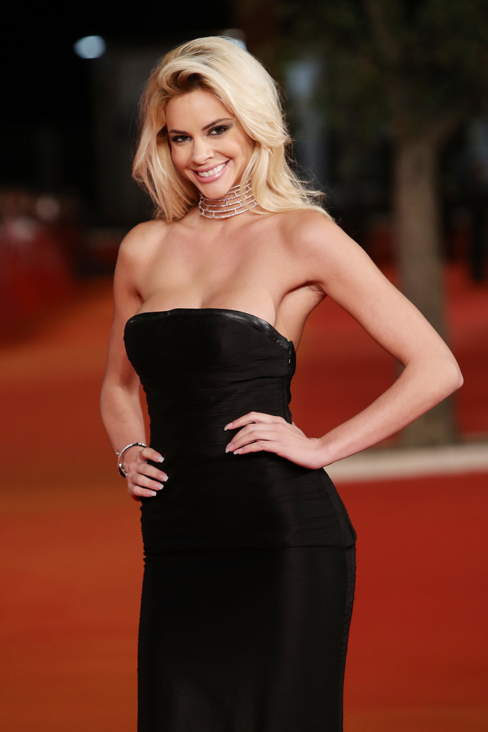 ria-antoniou-sexy-black-dress-fritz-lang-premiere-kanoni-3