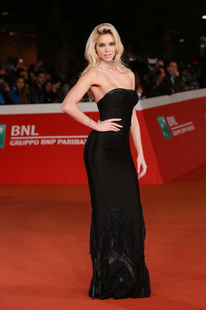ria-antoniou-sexy-black-dress-fritz-lang-premiere-kanoni-4