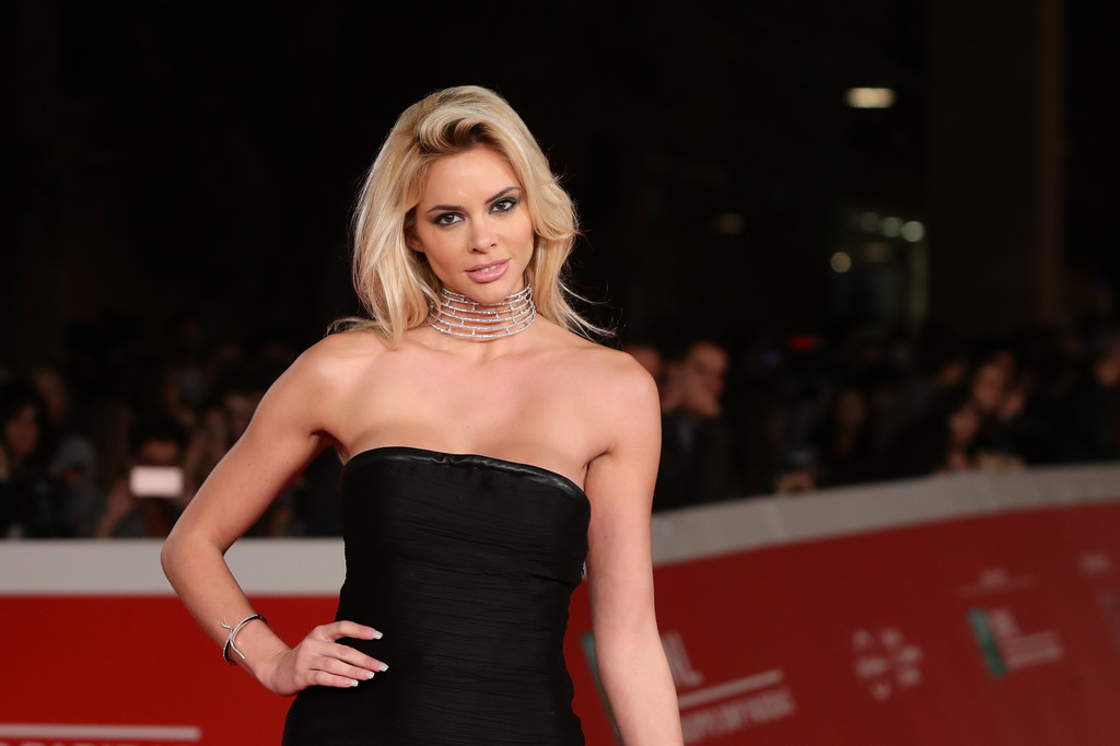 ria-antoniou-sexy-black-dress-fritz-lang-premiere-kanoni-5