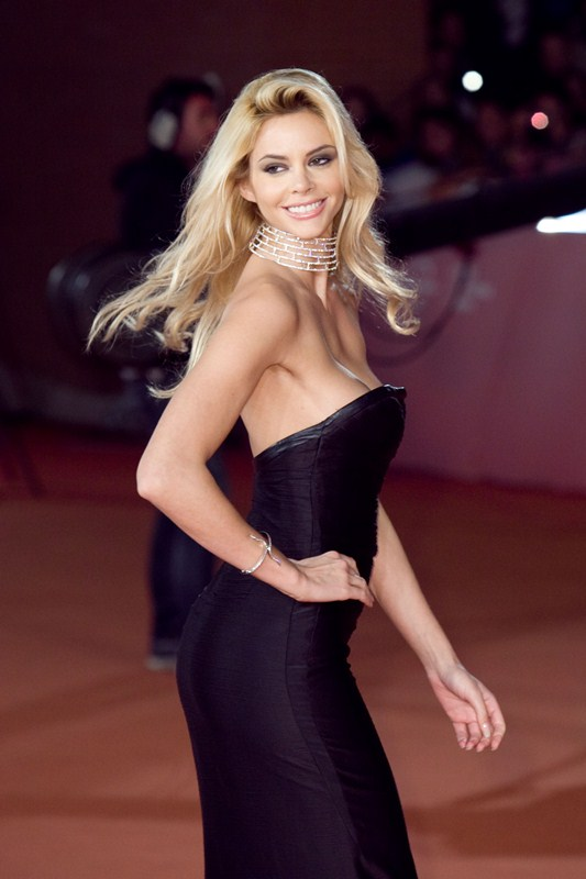 ria-antoniou-sexy-black-dress-fritz-lang-premiere-kanoni-8