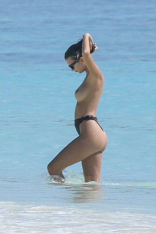 *PREMIUM EXCLUSIVE* Emily Ratajkowski lets it all hang out in Mexican waters! **WEB EMBARGO UNTIL November 17, 2016 1:00PM PST**