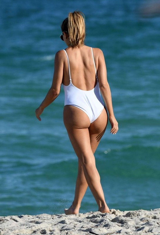 larsa-pippen-camel-toe-in-white-swimsuit-miami-beach-kanoni-7