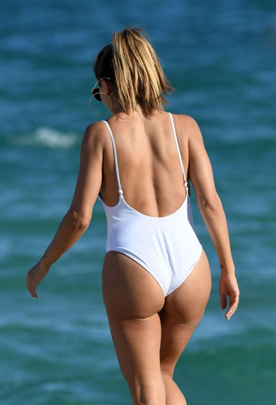 larsa-pippen-camel-toe-in-white-swimsuit-miami-beach-kanoni-8