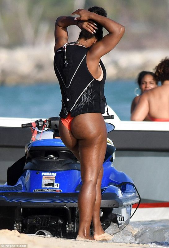serena-williams-bikini-vacations-bahamas-kanoni-8