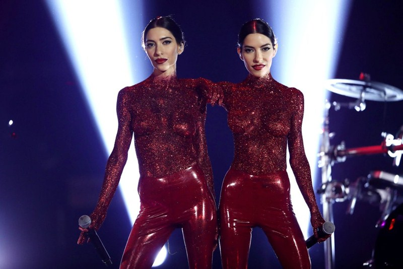 the-veronicas-topless-body-paint-perform-aria-awards-2016-sydney-kanoni-1