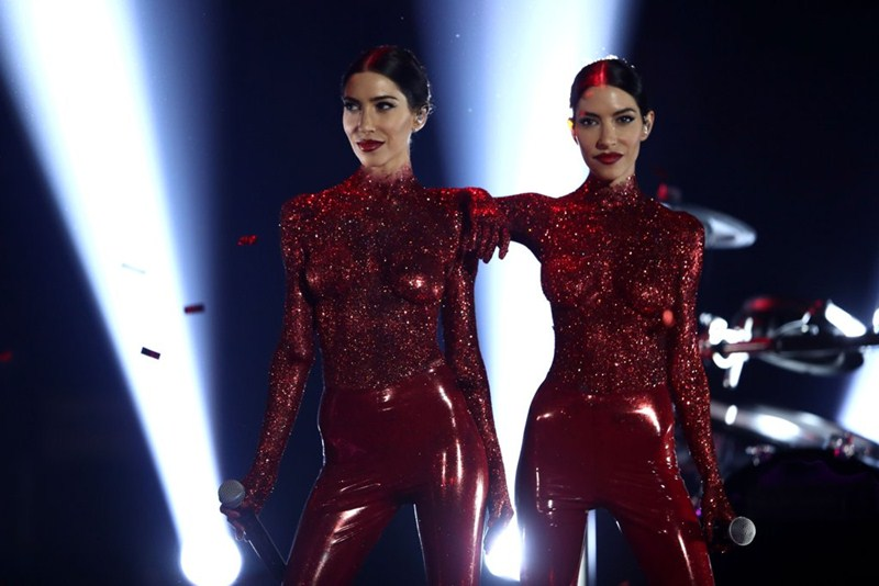 the-veronicas-topless-body-paint-perform-aria-awards-2016-sydney-kanoni-4