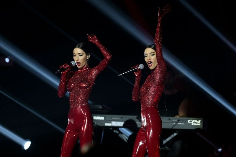 the-veronicas-topless-body-paint-perform-aria-awards-2016-sydney-kanoni-6