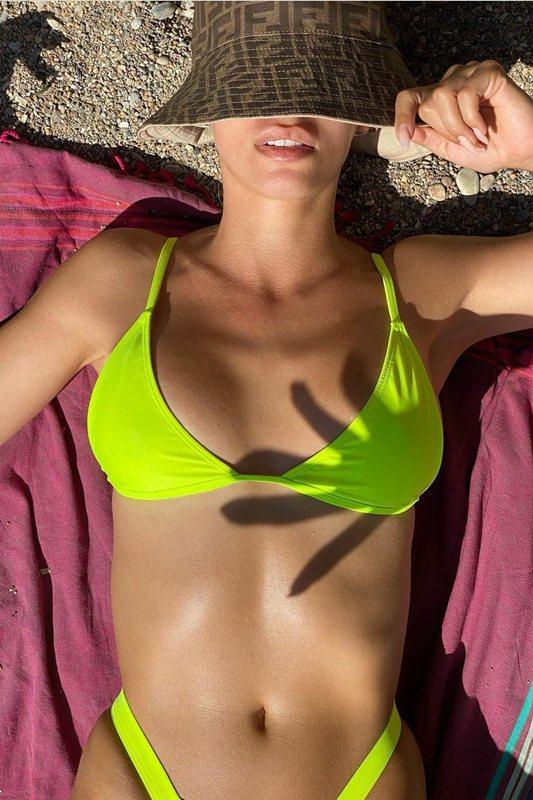 Η Ελένη Φουρέιρα κάνει ηλιοθεραπεία με κίτρινο μπικίνι στην παραλία