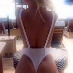 Η Ασημίνα Ιγγλέζου με καυτό λευκό μαγιώ στην παραλία του Πλατύ Γιαλού στην Μύκονο