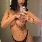 Η Micaela Schaefer βγάζει topless selfies με μαύρο thong μποστά στον καθρέπτη της
