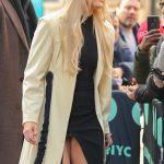 Η Lindsey Vonn έχει upskirt με μαύρο φόρεμα στους δρόμους της Νέας Υόρκης