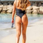 Η Alicia Oates με μαύρο μαγιώ σε παραλία της Τενερίφης