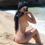 Η Aisha είναι μια καυτή Λιβανέζα που μας δείχνει το κορμί της σε παραλία στην Μύκονο
