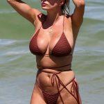 Η Caroline Vreeland μας δείχνει τα μεγάλα βυζιά της με μπικίνι στην παραλία του Miami