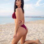 Η Τζούλια Καραγιάννη σε φωτογράφηση με μπικίνι σε παραλία της Χαλκιδικής