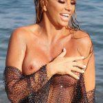 Η Katie Price γυμνή με δίχτυ σε παραλία του Αιγαίου
